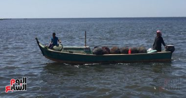 نجاة طاقم مركب صيد من الغرق واحتجاز 8 صيادين من كفر الشيخ بالسلوم