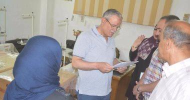 بالصور .. محافظ المنيا يسلم ماكينات خياطة وتجهيزات بقاله لسيدات معيلات