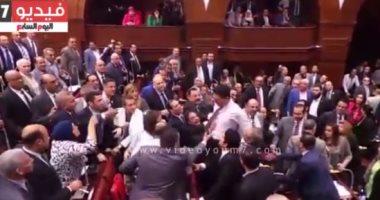 """بالفيديو.. هيثم الحريرى يخلع """"الجاكيت"""" ويحاول التعدى على النائبة مى محمود"""