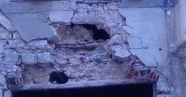 بالصور.. تساقط أجزاء من عقار قديم وسط الإسكندرية والحى يضع حواجز حديدية