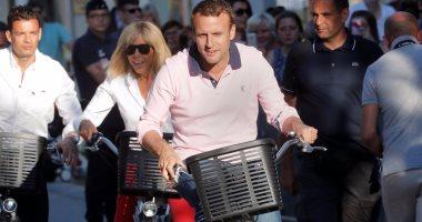 """بالصور.. رئيس فرنسا وزوجته يستقلا دراجاتهما قرب منزلهما بمدينة """"لو توكيه"""""""
