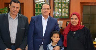 بالفيديو والصور.. محافظ الدقهلية يلتقى الطفل الكفيف متعدد المواهب وحافظ القرآن