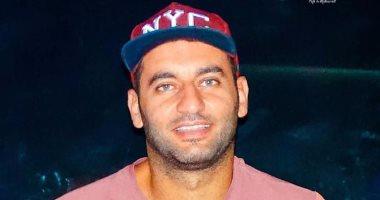 أمير عزمى مكافحا الكورونا: بشترى أغراضى من السوبر ماركت بالقفاز وولادى مبينزلوش