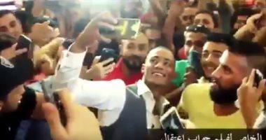 """شاهد محمد رمضان يلتقط سيلفى مع جماهير """"جواب اعتقال"""" ويعلق: اللهم ديمها نعمة"""