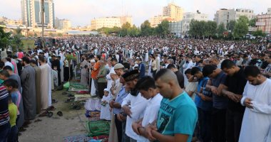 بالصور.. الفلسطينيون يؤدون صلاة عيد الفطر فى قطاع غزة