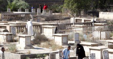 بالصور.. العراقيون يزورون المقابر بعد صلاة عيد الفطر