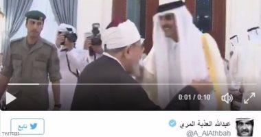 رئيس تحرير العرب القطرية يحذف فيديو تقبيل تميم رأس القرضاوى