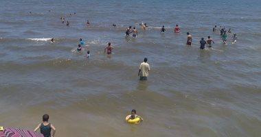 بالصور .. إقبال كبير من المصطافين على شواطئ جمصة