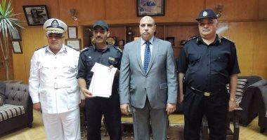 مدير أمن السويس يكرم عريف شرطة أعاد 700 ألف جنيه لمواطن فقدها