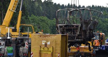 بالصور.. السلطات الألمانية تزيل آثار تفحم حافلة سياح بعد مصرع 18 راكبا