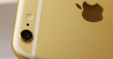 تعرف على سر وجود ثقب صغير بجانب كاميرا هاتفك الآيفون
