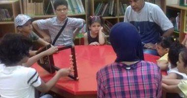 بالصور.. فنان سمسمية بالإسماعيلية يعلم الأطفال العزف على الآلة مجانا