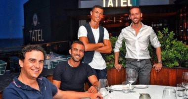 رونالدو ينشر صورة بأحد المطاعم..ويعلق: أخبار جديدة قريبًا