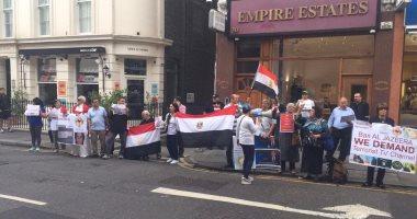 """بالصور.. مظاهرة ضد """"الجزيرة"""" فى لندن: """"لا تستطيعوا أن تخدعوا العالم بأموالكم"""""""