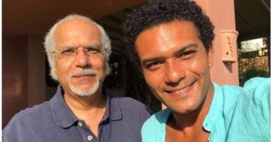"""آسر ياسين ينشر صورة بصحبة والده على """"إنستجرام"""""""