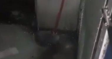 بالفيديو.. تساقط مياه التكييفات على لوحة كهربائية بقطار رقم 990