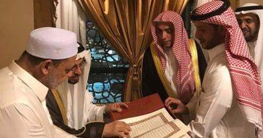 بالصور شيخ الأزهر يستقبل أئمة الحرم النبوى ويهدوه نسخة من المصحف الشريف اليوم السابع
