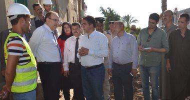 محافظ بني سويف يتفقد بدايات الحفر بمشروع الصرف الصحي في قرية عبد القادر