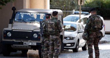 أفراد من الجيش الفرنسى يمنعون دخول حى لاديفانس فى باريس
