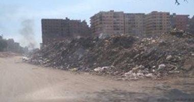 بالصور..أكوام القمامة تهدد حياة الأهالى بشارع الفايز فى جسر السويس