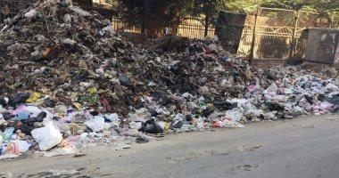 بالصور .. جبال من القمامة والمخلفات تحاصر شارع البوهى فى إمبابة