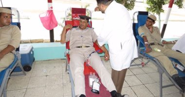 بالصور.. رجال الشرطة يتبرعون بدمائهم لمرضى مستشفى السرطان