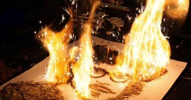 بالصور.. عبد الرحمن الحبروك يحارب التدخين بإحراق لوحاته المصنوعة من التبغ