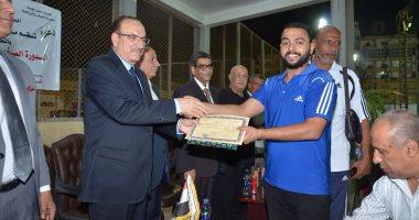 محافظ بني سويف يسلم جوائز للفائزين في الدورة الصيفية لكرة اليد