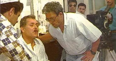 صورة نادرة تجمع الساحر بداود عبد السيد فى كواليس فيلم الكيت