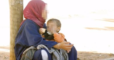 عاملة نظاقة تحرض طفلها على التسول بملابس قديمة بالقاهرة