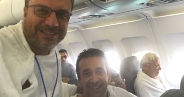 عمرو الليثى ينشر صورًا مع كريم عبد العزيز فى طريقهما إلى مكة