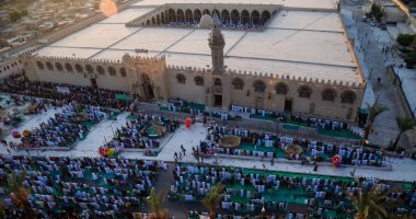 صور.. آلاف المصلين يؤدون صلاة العيد بساحة جامع عمرو بن العاص
