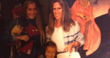 شاهد.. نيكول سابا تسترجع ذكرياتها بصور طفولتها مع والدتها وشقيقتها
