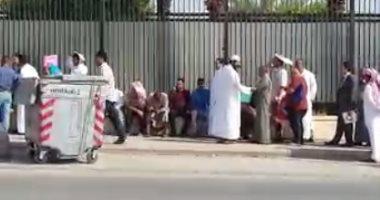 بالفيديو.. مواطن يشكو عدم تجاوب العاملين بالسفارة المصرية بالرياض