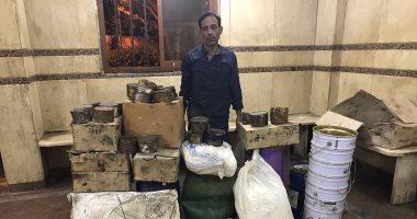 القبض على صاحب مخزن يجمع مخلفات مصانع لإعادة تعبئتها وبيعها بمنشأة ناصر
