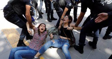 بالصور.. شرطة أردوغان تسحل وتعتقل متظاهرين معارضين أمام محكمة بأنقرة