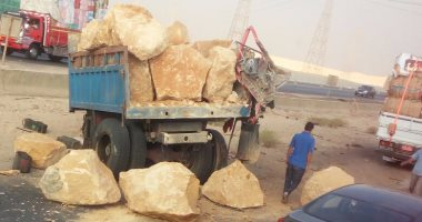 قارئ يشارك بصور سقوط حمولة أحجار على طريق الأوتوستراد فى حلوان