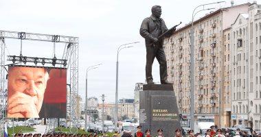 خطأ نحات يسبب قطعا واضحا فى تمثال كلاشنيكوف بموسكو
