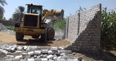 حملة مكبرة لإزالة التعديات على الاراضى الزراعية وأملاك الدولة بمشروع غرب طهطا بمركز جهينة ، بسوهاج