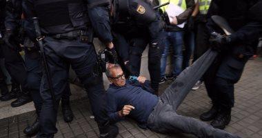 الشرطة الإسبانية تضرب المتظاهرين فى استفتاء كتالونيا بالرصاص المطاطى