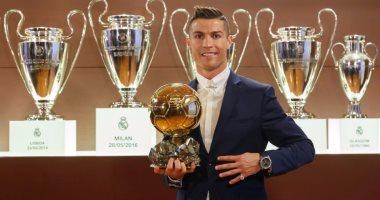 كريستيانو رونالدو يحمل جائزة الكرة الذهبية