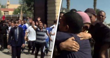 248 مفرجا عنهم بعفو رئاسى يستقبلون الحرية بالسجود شكرا لله -