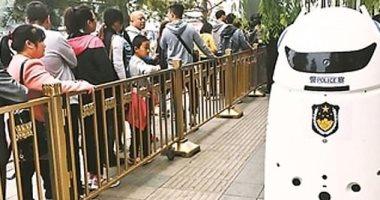 الصين تطلق رجل شرطة آلى للسيطرة على الحشود مزود بمكبر صوت وأذرع صاعقة