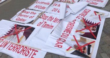 بالصور.. لافتات المحتجين أمام اليونسكو تفضح شراء المرشح القطرى للأصوات