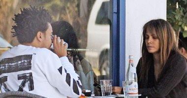 """بالصور.. هالى بيرى """"رومانسية"""" مع صديقها الجديد فى غرب هوليوود"""