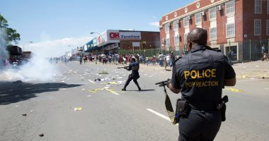 بالصور.. شرطة جنوب أفريقيا تفرق متظاهرين خلال محاكمة متهمين بأكل لحوم البشر