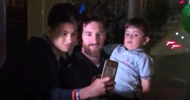 بالفيديو.. ماتيو يحرج ميسى مع أحد المعجبين أثناء عودته من الأرجنتين
