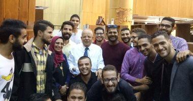 عميد حقوق عين شمس يلتقى طلاب الأسر ويحذر من جمع التبرعات