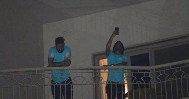 بالصور.. لاعبو الزمالك يشعلون المنصورة بعد تحية الجمهور من النوافذ
