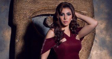 """ميرهان حسين تتألق بفستان """"نبيذى"""" اللون فى جلسة تصوير جديدة"""